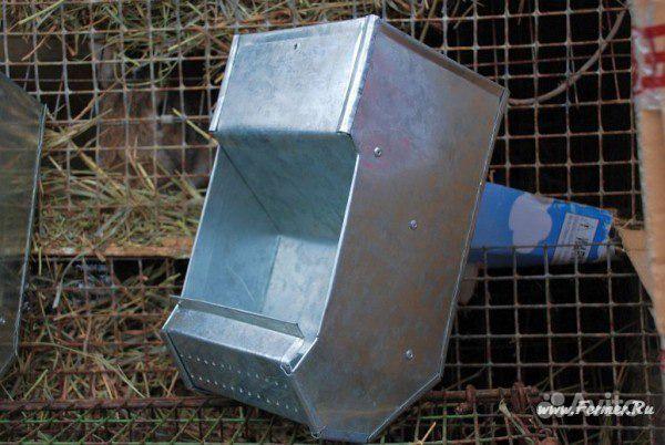 Металлическая кормушка для кроликов