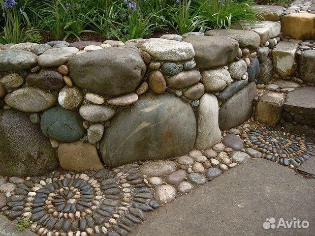 Клумба из речных камней