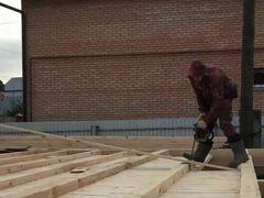 Бригада строит дома, крыши, пристройки террасы